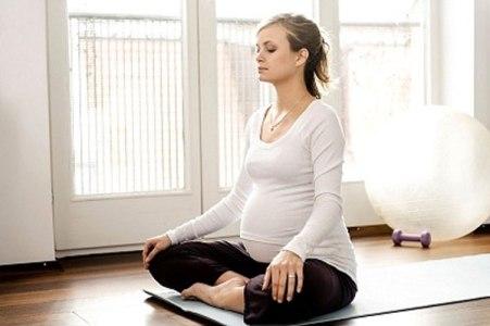 Tập các động tác yoga đợn giản giúp mẹ bầu giảm đau lưng