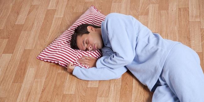 Nằm ngủ trên sàn nhà